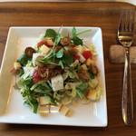 リスモリーノ - 今日のサラダはクレソン。 燻製の小さな貝とスモークチーズが美味しい。