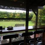 手打そば茶寮 まつ野 - 店内から庭を眺めます