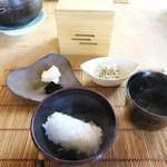 ノノナ - じゃこ山椒ご飯、漬物、あおさのお味噌汁、海苔
