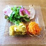 ユニオンサンドヤード - 前菜  カンパチのブランダードのカナッペ  カリフラワーのカレーマリネ  キャロットラペ  サラダ