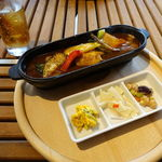 スノー ピーク イート - コロダッチでつくる野菜チキンスープカレー 880円