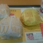 37450731 - マックシェイクさくらんぼ、チキンクリスプ、チーズバーガー