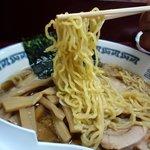 まんぼう亭 - スープをしっかりとキャッチする中細麺