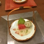 日本料理松風庵 - お造り。 桜の葉が大根おろしに。