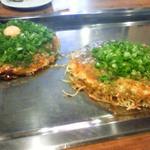 Okonomiyakinagataya - 手前が肉玉ネギかけ、奥が長田屋焼