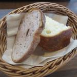 ビストロ ナオ - 料理写真:自家製パンはおかわり自由