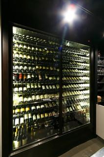 ビストロガストロス - ズラリと並ぶ100種以上のワイン。