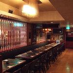 居酒屋 春夏秋冬 - 暗めの店内で落ちついた雰囲気です。
