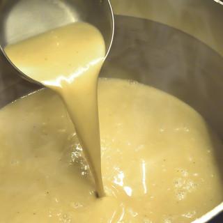 濃厚な豚骨ベースのスープ