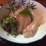 37478810 - 刺身定食(あじ、ぶり、鯛) ¥930 の刺身