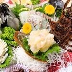 珊瑚礁 - <黒潮活造り大皿盛り>素材は全て生きたまま!生きた状態でしか味わえない味覚と食感をお楽しみ下さい。