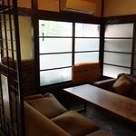 パチャンガ - 入口すぐ横の部屋には6名用の大型テーブル完備
