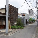 パチャンガ - 店前は細い裏路地になっていて隠れ家の雰囲気満点