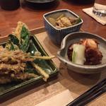 37485640 - ホタルイカと行者ニンニクの天ぷら、鳥のせせりとジャガイモの塩きんぴら、タコとうるいの煮もの