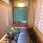 祇園 又吉 - 1枚目のお写真の木戸をあけると暖簾のかかった入り口が見えます。