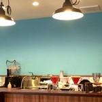 コージーコーヒー - キッチンカウンター、壁のライトなコバルトブルーが印象的です