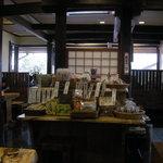 国分寺そば - 店内に並ぶお土産