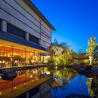 ライトアップされた幻想的な日本庭園を望みながらのお食事。