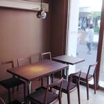 Takeya - 小町通の散策人達を眺めながら落ち着いた店内でガレットをお召し上がりください。