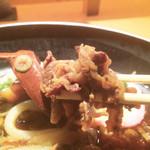 37512278 - 黒ぶた肉うどんには、大量の豚バラ肉が!