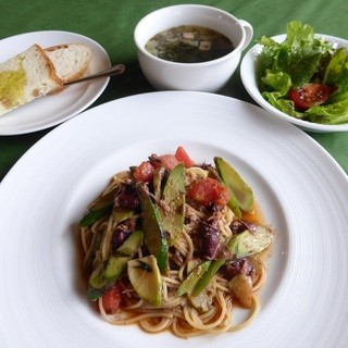 トラットリアシゲゾー - 料理写真:ホタルイカと山ウドのペペロンチーノ、サラダ、スープ、パン
