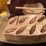 糸満屋 - 島豆腐に小魚の塩漬けを載っけた「スク豆腐」