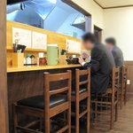 麺工房 はいど  - カウンター席。お店は会社員の男性方が多いです。