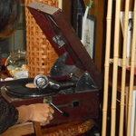 鶴亀庵 - 店内には蓄音機をはじめ骨董品が所狭しと・・・