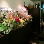 ワインバー コリエドール - 店内はお祝いのお花♪