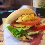 バーガーキング - モーニングメニューのビーフハム&たまごにサンドメニューのサラダをサンド。