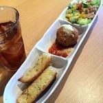 アンティパスタ 箱根ユネッサン店 - 前菜のツナサラダ、ライスコロッケ、ガーリックトースト