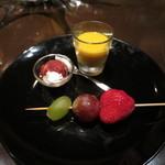 バー カヴァロ - チャームの葡萄2種と苺の串と、クリームチーズのストロベリーソースがけ、カボチャのスープ