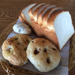 bakery mon - ミルク食パン320円 スモークチーズフォカッチャ180円 トマトフォカッチャ150円 豆パン140円