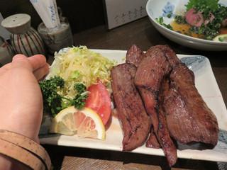 新料理 都留野 - 牛タン焼きです。 カットがよくある厚めのスライスではなく、独特。 1ピースが大きめでステーキ感覚ですね。
