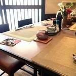 味処 楠 - 座ったカウンターから、4人掛けテーブルを挟み、入り口方向を望む