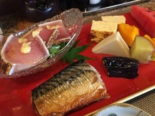 味処 楠 - 鮪のたたきと鯖の塩焼き、それに、茄子、南瓜、さつまいも、高野豆腐の炊き合わせ、スイカが付いています
