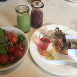 37542057 - サラダと前菜、スムージー2種