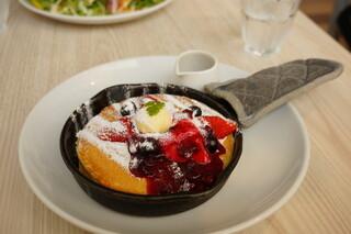 Butter 横浜ベイクォーター - トリプルベリーとクリームチーズの窯出しフレンチパンケーキ