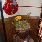 epice - 暖簾をくぐって直ぐ左手です。楽食酒家 epice と壁に書かれています。そしてギターが。後で話しを聞くとオーナーはギターを弾くそうです。