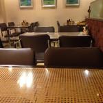 プチレストラン ぱーとな - 店内、壁には絵画。ギャラリーになっている