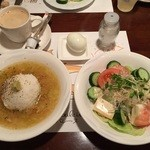 Queue de baleine - 焼きおにぎりがスープの中に。ゆで卵が付いてきます。そして豆腐サラダ