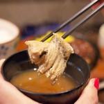 ICHIYA - セットのお味噌汁には魚のアラがタップリ。