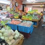 田園の風景 - お店は外見はまさに商店街の中の八百屋さんって感じ、店内にも新鮮な野菜が沢山並べられて買い物客で賑わってます。