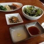 焼肉レストラン三千浦 - ナムル、小鉢、サラダ、レモン酢とタレ