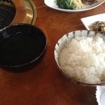 焼肉レストラン三千浦 - わかめスープとご飯