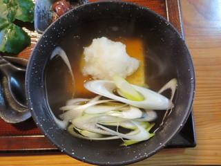 そばの丘 - 蕎麦の具に、揚げた豆腐と餡かけ