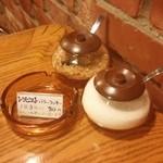 コーヒー・ブリックス - テーブルの上もシンプルにお砂糖が置いてあります