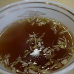 中華飯店 大一樓 - 半チャーハンについてくるスープ