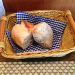 アンソレイユ - 胡麻のパンとバゲット どちらも熱々