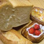 37564912 - パンドミ、ドライトマトとチーズのフランスパン、国産イチゴのデニッシュ他